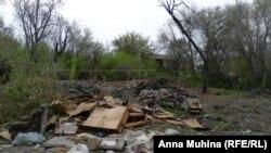 Пожарище на фоне уцелевших бараков