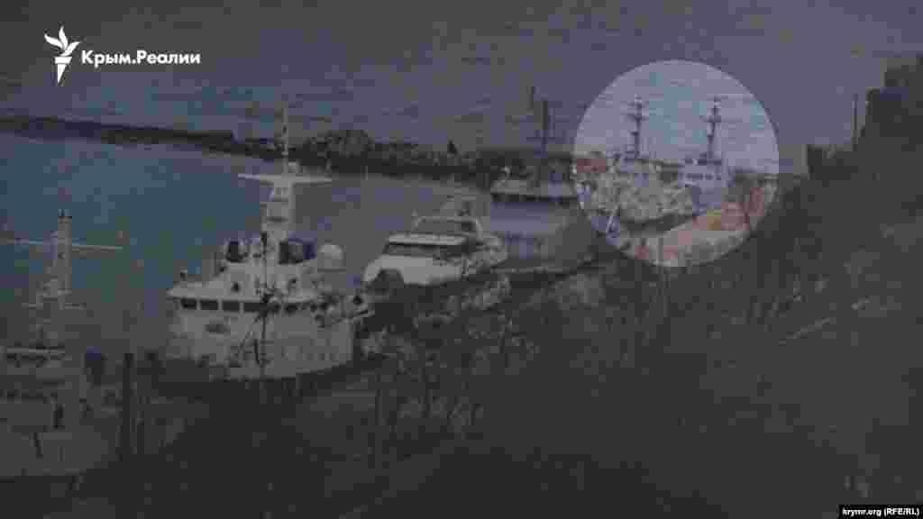 Журналисты Крым.Реалии 4 декабря обнаружили захваченные украинские катера у причальной стенки в акватории «Генмола». Эти фото опровергли сообщения одного из керченских сайтов о якобы не обнаруженных там катерах ВМС Украины