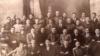 """Фракция федералистов (""""туфракчылар"""") в Национальном Парламенте. В первом ряду в середине сидит официальный лидер фракции Алим Касими (учитель из Уфимской губернии). Во втором ряду (справа налево) третьим сидит идеолог фракции Галимджан Ибрагимов, шестой — Зия Камали (директор медресе """"Галия""""), седьмой — Ильяс Алкин (руководитель """"Хәрби Шуро"""")."""