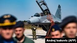 Pilozi Rusije i Srbije pored aviona MIG-29 na aerodromu Batajnica kod Beograda, oktobar 2018.