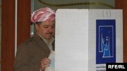 رئيس إقليم كردستان العراق مسعود بارزاني يدلي بصوته