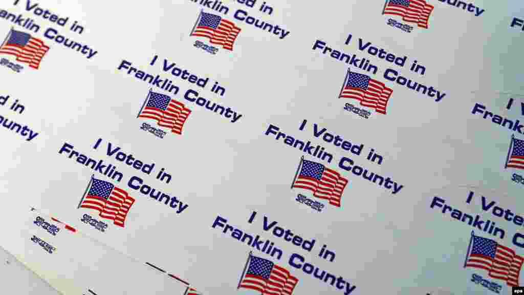 """Наклейки """"Я проголосовал"""" на избирательном участке в Огайо. Предъявив такую наклейку, 8 ноября во многих магазинах и кафе можно получить скидки и подарки"""