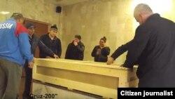 Родственники погибшего в Москве узбекского мигранта Фарруха Насырова готовят его гроб к отправке на родину, октябрь 2017 года.