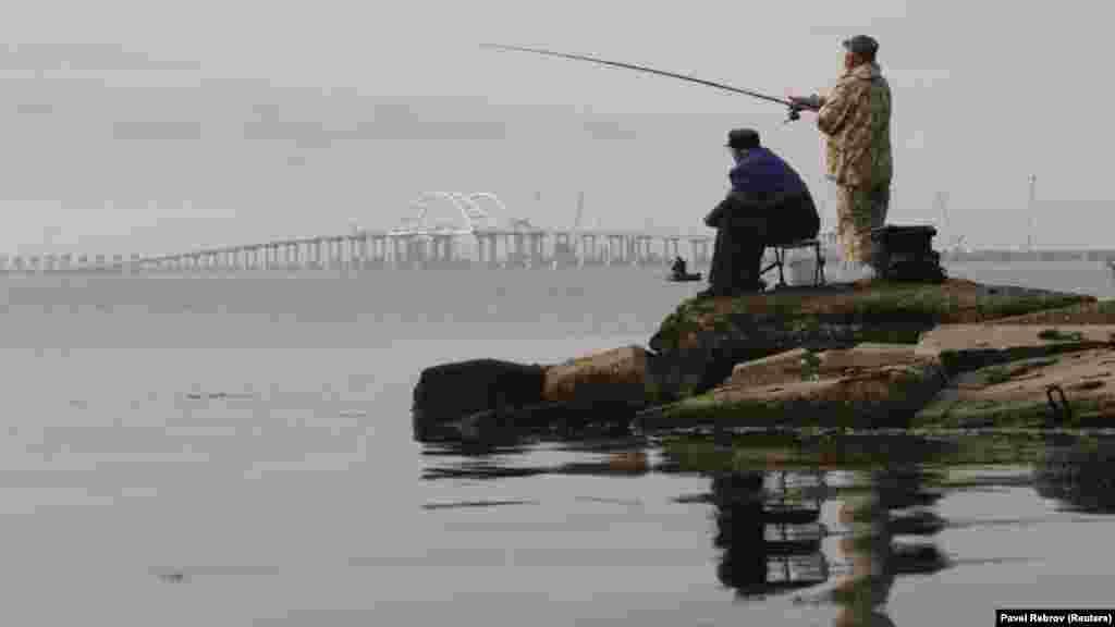 Крымчане свыкаются с новыми реалиями. Российский телевизор рассказывает, что с открытием моста на полуостров хлынут туристы, цены на продукты станут ниже, ресурсы доступнее, а стоимость недвижимости возрастет. Украинские эксперты утверждают: существенных перемен крымчане не ощутят – воды и электричества не станет больше, а завоз продуктов через мост не удешевит их себестоимость. Да и туристическая привлекательность Крыма не вырастет