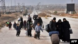 چند خانواده سوری در حال فرار از بخش شرقی حلب