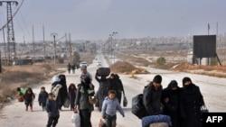 Сириските семејства го напуштаат Алепо по владината офанзива, 28 ноември 2016