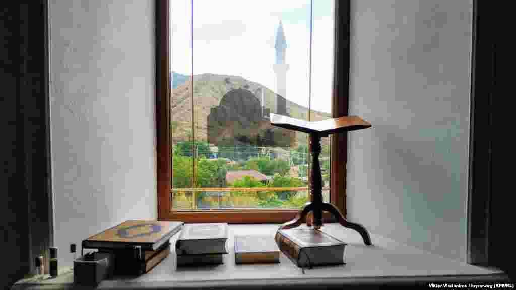 Cami pencerelerinden Sudaq etraflarınıñ acayip manzaraları açıla