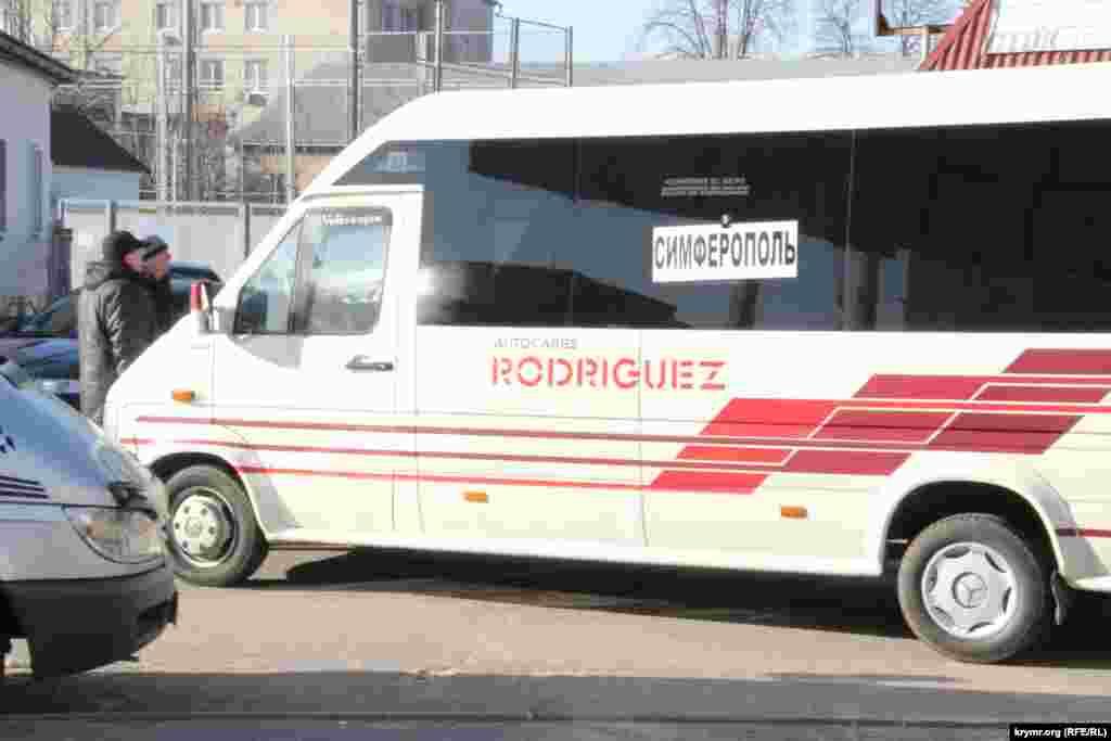 Hersonnıñ demir yol vokzalında avtobus