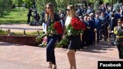 Младшая дочь первого президента Узбекистана Лола Каримова-Тилляева (слева) и его внучка Иман Каримова на открытии памятника Исламу Каримову в Ташкенте, 31 августа 2017 года. Фото из страницы Лолы Каримовой-Тилляевой в Facebook'е.