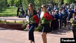 Иман Каримова (справа) со своей тетей Лолой Каримовой-Тилляевой на открытии памятника своему деду Исламу Каримову. Ташкент, 31 августа 2017 года.