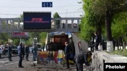 Поврежденный автобус после взрыва. Ереван, 26 апреля 2016 года.