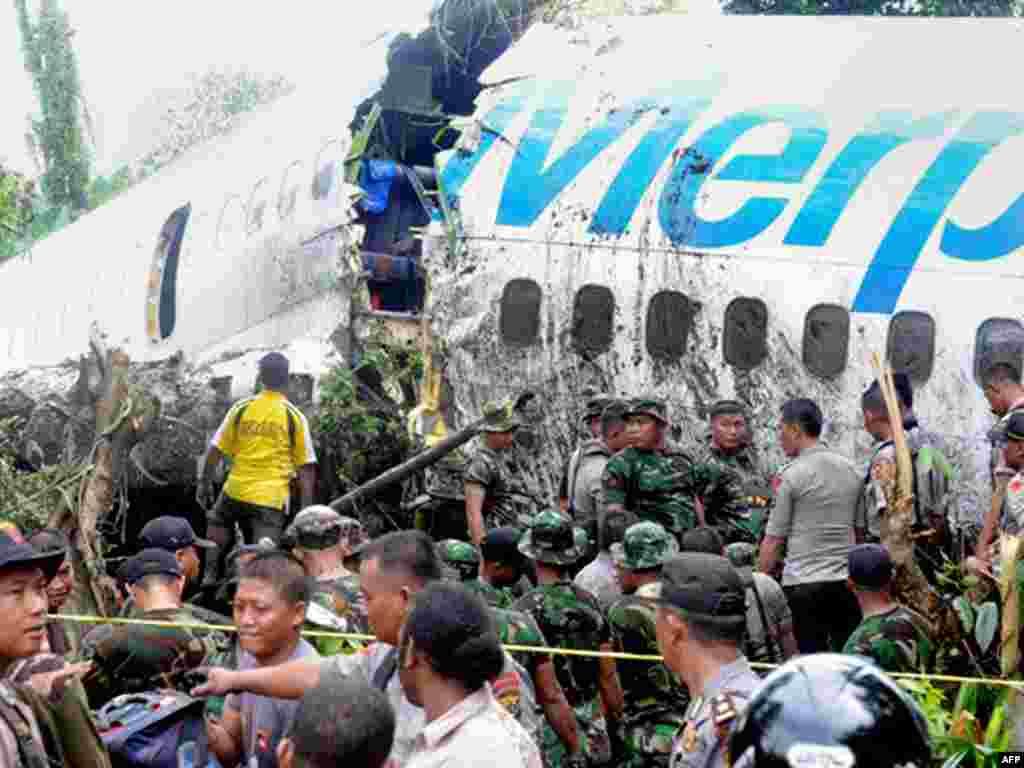 Інданэзіскія вайскоўцы і паліцыя аглядаюць самалёт, які пацярпеў аварыю пры пасадцы ў горадзе Манаквары. Каля 20 чалавек атрымалі раненьні.