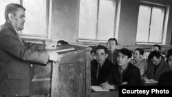 Ермұхан Бекмаханов (сол жақта) Орал педагогика институты студенттеріне дәріс беріп тұр. 1958 жыл.