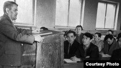 Историк Ермухан Бекмаханов читает лекцию студентам Уральского пединститута. 1958 год.