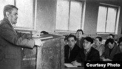 Ермұқан Бекмаханов Орал педагогикалық институтының студенттеріне дәріс оқып тұр. 1958 жыл