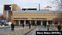 """Рабочие завода компании """"АрселорМиттал Темиртау"""" у проходной. Темиртау, 2010 год."""