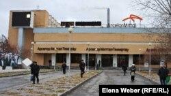"""""""Арселормиттал Теміртау"""" компаниясы алдында жүрген жұмысшылар. Көрнекі сурет"""