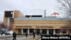 """Рабочие завода, принадлежащего компании """"АрселорМиттал Темиртау"""", у проходной. Темиртау, 2010 год."""