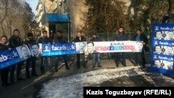 На месте акции в защиту гражданских активистов Серикжана Мамбеталина и Ермека Нарымбаева у здания суда, где проходит суд по их делу. Алматы, 18 декабря 2015 года.