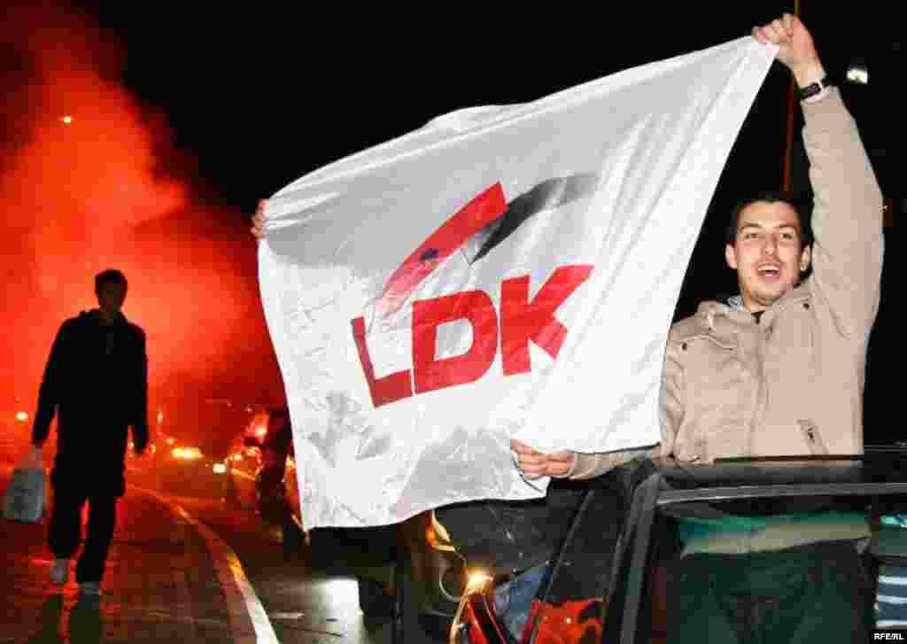 Косово. Прихильники Демократичної ліги Косова святкують 15-го листопада перемогу свого кандидата як нового мера Приштини - Косово. 15 листопада пройшли перші після проголошення незалежності від Сербії муніципальні вибориPhoto by Ridvan Slivova for RFE/RL
