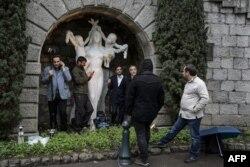 Иранские журналисты у отеля Beau-Rivage, где идут переговоры, ждут под дождем каких-либо результатов. 29 марта