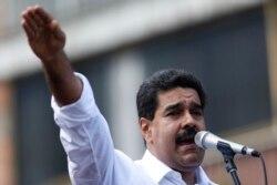 "Президент Николас Мадуро обещает сторонникам мирное будущее без ""буржуазии"""