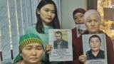 Пришедшие в представительство МИД в Алматы люди, утверждающие, что их родственники в Синьцзяне содержатся в «лагерях политического перевоспитания». 30 октября 2019 года.