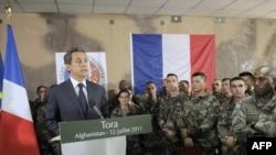 Францускиот претседател Никола Саркози при средба со војниците од неговата земја во Авганистан