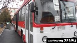 Шымкенттегі оқушыларды тасымалдайтын автобус (Көрнекі сурет).
