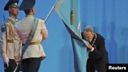 Казак президенти Нурсултан Назарбаев инаугурация учурунда мамлекеттик тууну өөп жатат. Астана, 8-апрель, 2011