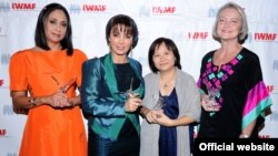 Добитниците на наградата за новинарска храброст на Меѓународната женска медиумска фондација во 2011 година. Од лево кон десно: Адела Наваро Бело од Мексико, Париса Хафези од Иран и Чирануч Премчаипорн од Тајланд, заедно со добитничката на наградата за жив