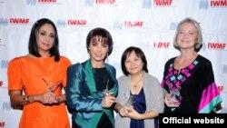 از چپ به راست: آدلا ناوارو بلو، پریسا حافظی و چیرانوچ پرمچایپورن؛ برندگان جایزه «شجاعت در روزنامهنگاری»، در کنار کِیت اِیدی، روزنامهنگار بیبیسی و برنده جایزه «یک عمر دستاورد» سال ۲۰۱۱