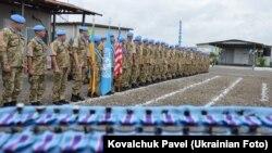 У базовому таборі 56-го окремого вертолітного загону Місії ООН у Ліберії українським миротворцям вручили медалі ООН «За службу миру», квітень 2016 року