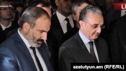 Премьер-министр Армении Никол Пашинян и глава МИД Зограб Мнацаканян на поминальной церемонии на площади Азнавура. Ереван, 1 октября 2018 года