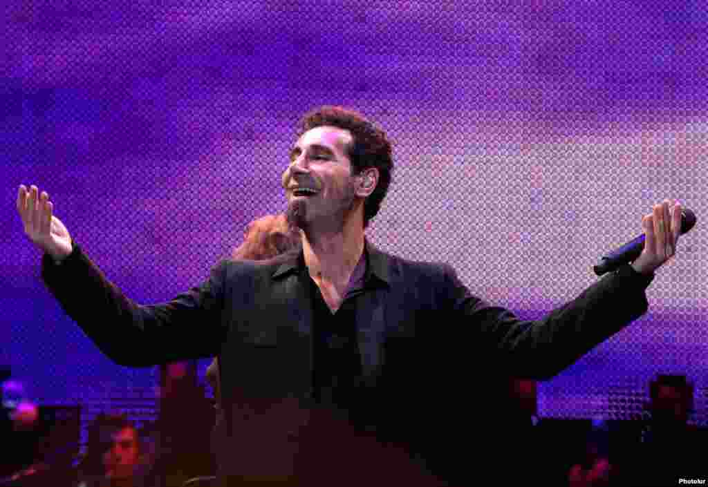 U.S.-Armenian rock singer Serj Tankian performs a concert in Yerevan. Tankian, the lead singer of the California-based System of a Down, said Armenia must boost the rule of law and combat corruption in order to address the country's main problems.Photo by Photolur