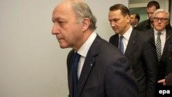 Голови МЗС Німеччини Франк-Вальтер Штайнмайєр (л), Польщі Радослав Сікорський (ц) і Франції Лоран Фаб'юс після зустрічі з опозицією, 20 лютого 2014 року