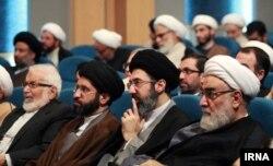 Mojtaba Khamenei ( sağdan ikinci) və Ali liderin digər oğlu Masoud Khamenei (soldan ikinci)