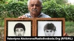 Ukrajinac sa fotografijama svojih nestalih sinova