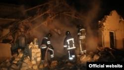 Рятувальники працюють на місці вибуху (фото прес-служби управління ДСНС в Одеській області)
