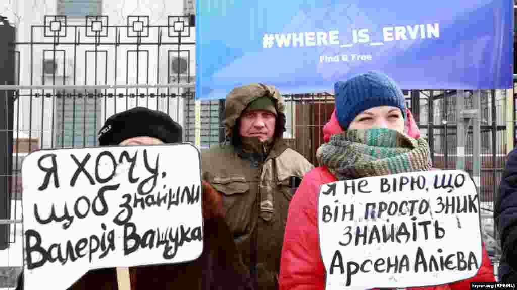 В руках они держали плакаты с призывами освободить узников Кремля и найти пропавших на полуострове людей.