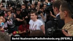 Надежда Савченко в окружении журналистов в аэропорту «Борисполь», Киев, 25 мая