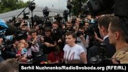 Надежда Савченко в окружении журналистов в аэропорту Киева после приземления самолета, доставившего ее из России. 25 мая 2016 года.