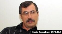 Евгений Жовтис үйінде сұқбат беріп отыр. Алматы, 11 сәуір 2012 жыл.