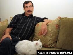 Евгений Жовтис, директор Казахстанского бюро по правам человека, у себя дома со своим 17-летним персидским котом. Алматы, 11 апреля 2012 года.