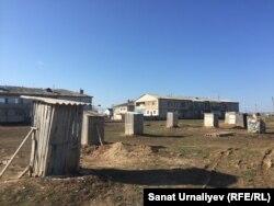 Туалеты во дворе двухэтажных домов в селе Чапаево.