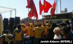 Встреча Омурбека Бабанова с избирателями в городе Баткене Старшеклассники в флагами в руках. 26 сентября