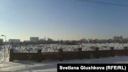 Вид на старое мусульманское кладбище в Астане. 12 декабря 2013 года.