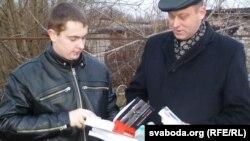 Уладзіслаў Варанецкі і Сяргей Парсюкевіч зь непрынятымі ў калёніі кнігамі.