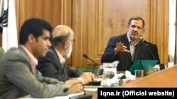 احمد مسجد جامعی، رئیس جدید شورای شهر تهران (راست) در حال صحبت با مهدی چمران رئیس پیشین شورای شهر.