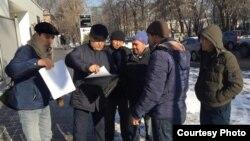Активисты и представители общественного объединения «Атажұрт еріктілері» у представительства ООН. Алматы, 17 января 2020 года.
